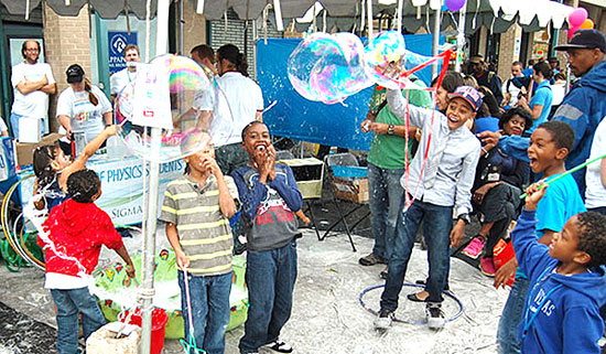 SPS National Council members demonstrated the properties of thin films with soap bubbles at the H Street Festival in Washington, DC.