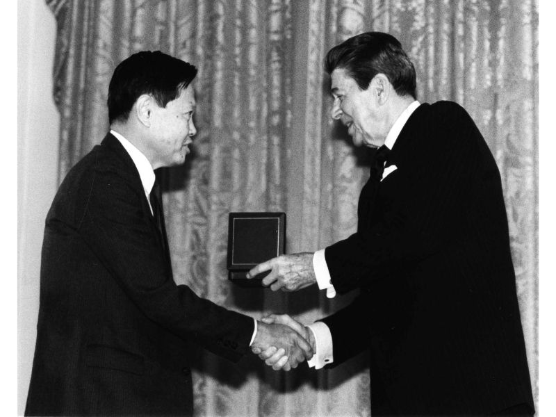 Chen Ning Yang receives the National Medal of Science from President Reagan.