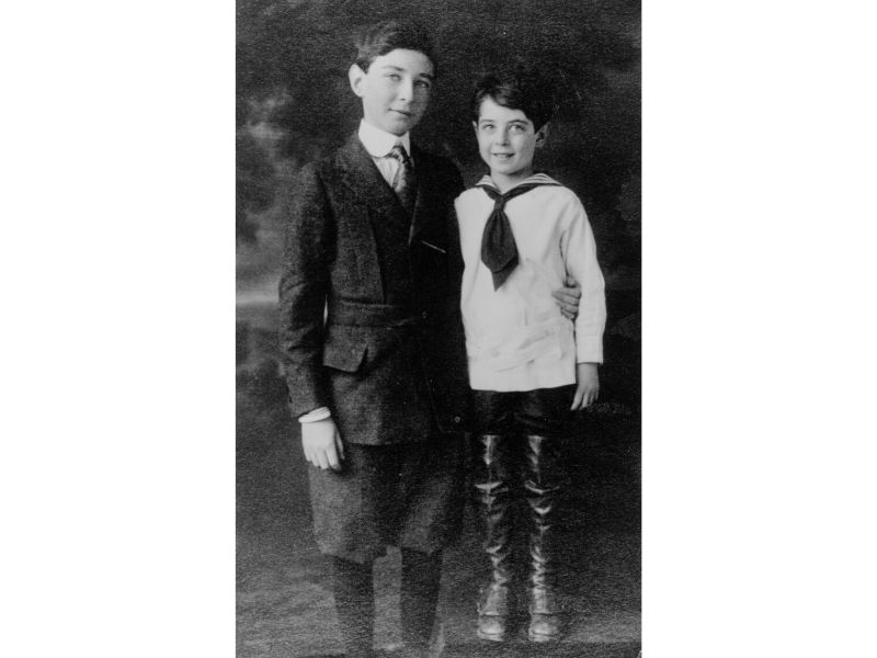 Robert and Frank Oppenheimer as young boys.