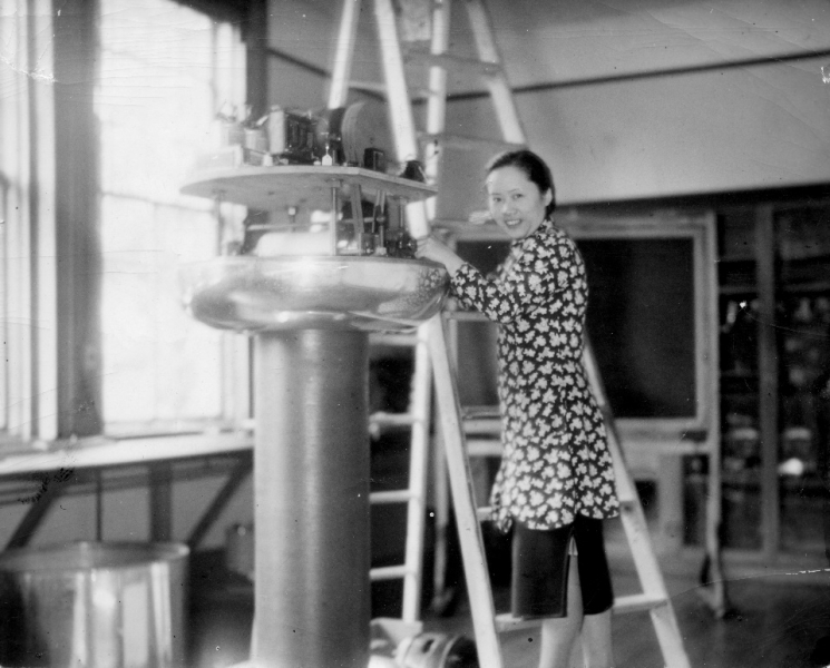 Chien-Shiung Wu assembling an electro-static generator at Smith College Physics Laboratory.